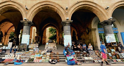 Minankari can be seen in Tbilisi in art galleries and souvenir bazaars, such as on the steps of the Presidium of the Academy of Sciences at the Shota Rustaveli Avenue