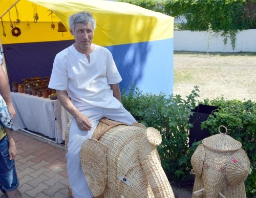 Vladimir Sudarkin with his weaved sculptures