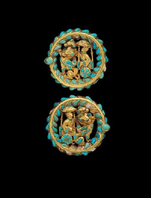 belt buckles from a shoe made of gold, turquoise and carnelian. They depict the chariot, pulled by dragons. Found in the burial ground No. 4 of Tillia-Tepe, age 1. BC-1B. a.d