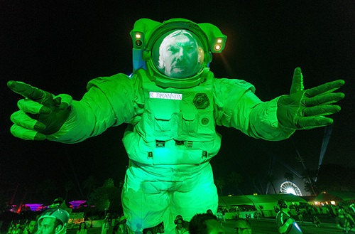 2014 in art. 11-meter cosmonaut met spectators of Coachella Festival in California