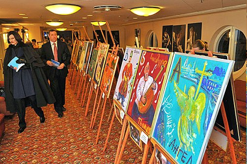 Canvases painted by famous politicians during the Christmas Fair of 2009