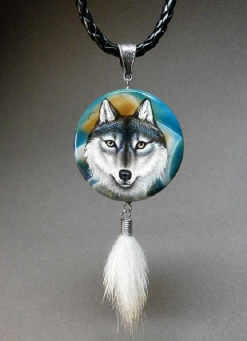 Pendant 'Wolf'. Agate, painting, lacquer