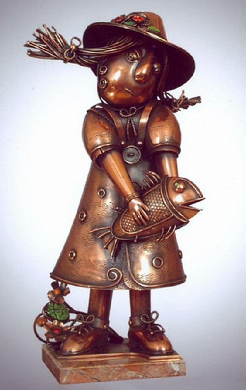 Girl Dorothy from a fairy tale about the Emerald City. Metal sculpture by Alisa Didkovskaya-Petrosyuk