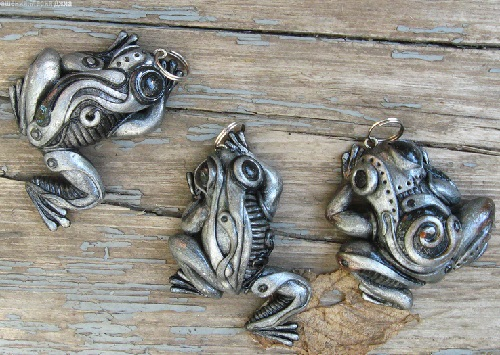 Bio-mechanical steampunk Frog. Material - polymer clay, pastels, metallic powders, parts of watch mechanisms, varnish. Maria Jia steampunk jewelry