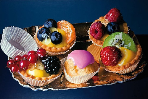 Cakes with berries