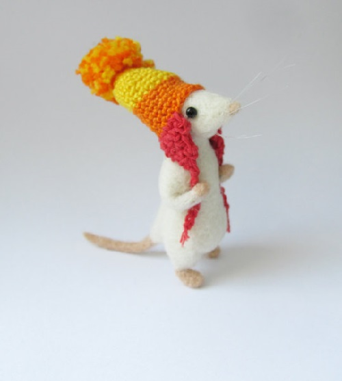 Needle felted mouse wearing Jayne's hat