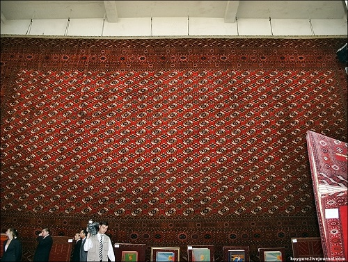 The largest Turkmen carpet