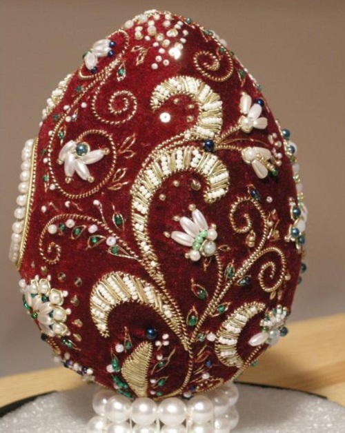 Back side of Easter egg, work by gold embroidery workshop Ubrus