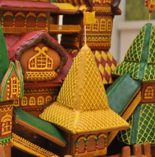 Closeup. Gingerbread Terem Fairytale – Food art by Vera Chernevic