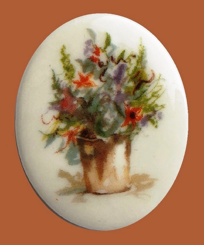 Lily dreams brooch. Gold tone jewelry alloy, porcelain, enamels. 5 cm