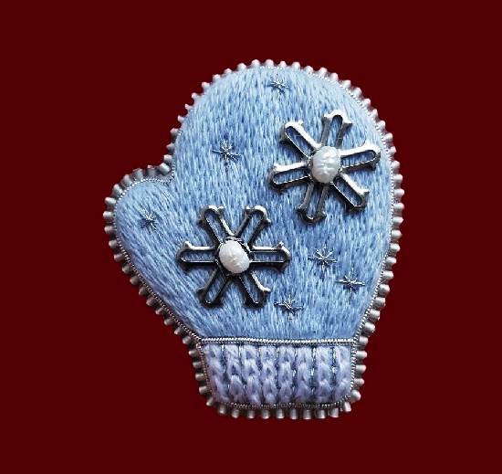 Snow Maiden's mitten brooch. 5.5 cm. Felt, floss, metallized thread, jewelry alloy, river pearls, toho beads, genuine leather, gimp, metal fittings