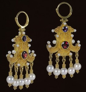 Made of precious metals and stones Earrings