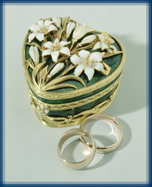 White lilies, jewellery box. Gold, diamonds, enamel