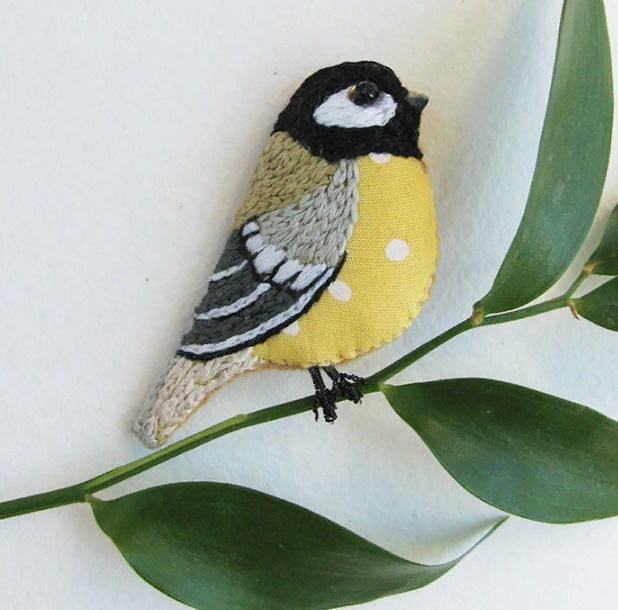 Titmouse brooch. Cotton 100%, floss, sequins, bead. Size 5,5 cm