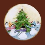 A Frosty Family Christmas brooch. Gold tone jewelry alloy, porcelain, enamels. 4 cm