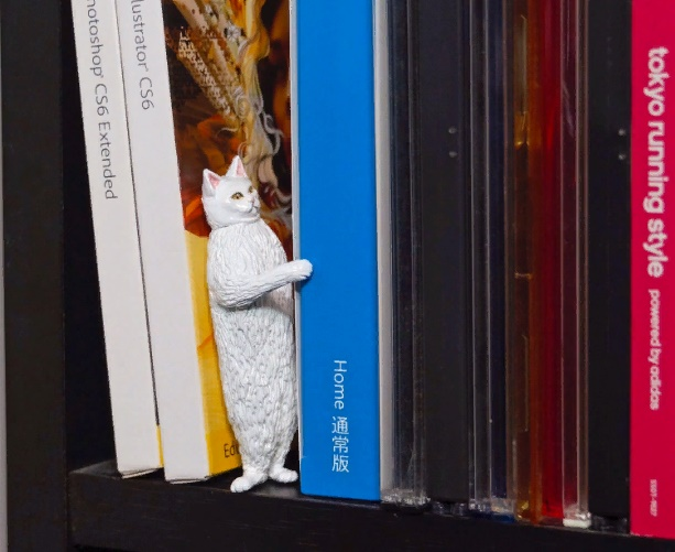 White cat on the book shelf, sculpture