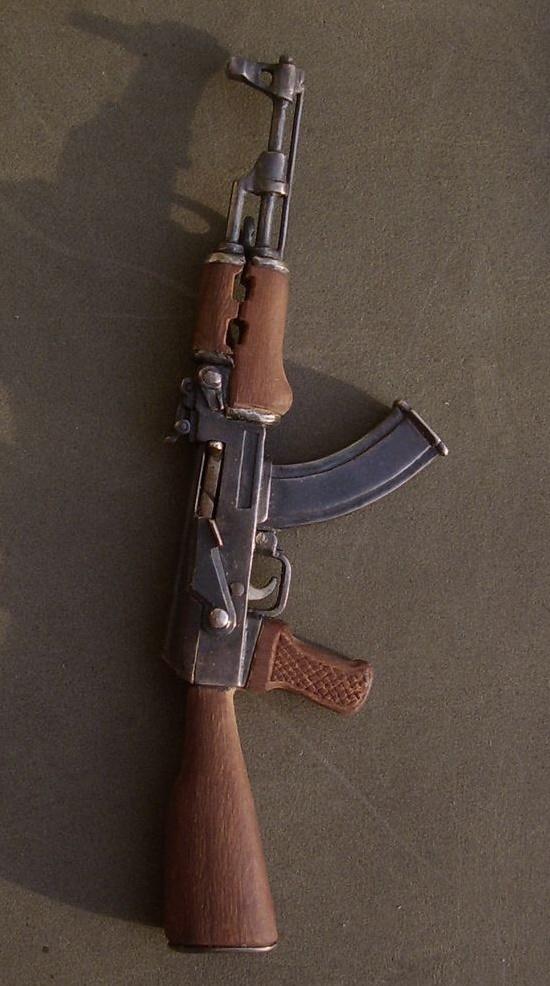 Kalashnikov assault rifle pendant - a detailed miniature copy of the famous AK-47 Kalashnikov assault rifle. Movable functional parts. 925 sterling silver, steel, sandalwood. 9 x 3 cm
