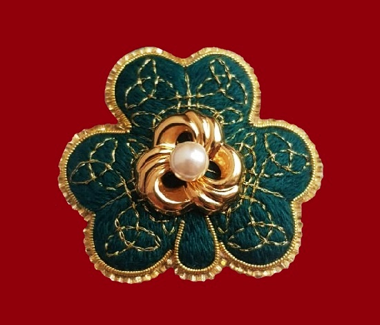 Shamrock brooch. Felt, floss, metallized thread, gimp, Japanese toho beads, jewelry alloy, plastic, artificial pearls. 4.6 cm