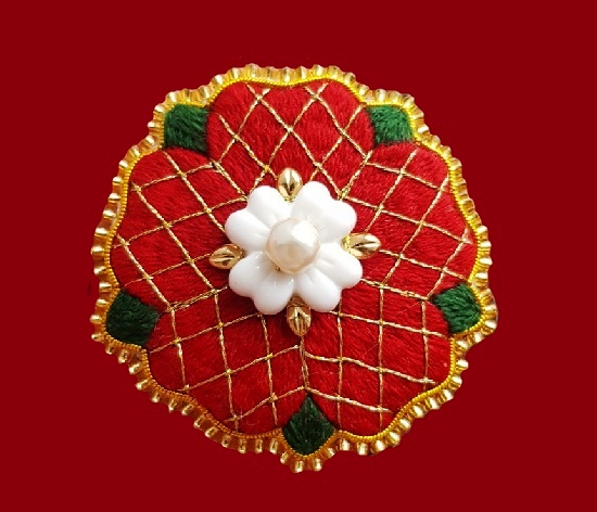 Tudor Rose brooch. Felt, floss, metallized thread, gimp, Japanese toho beads, jewelry alloy, plastic, artificial pearls. 5 cm